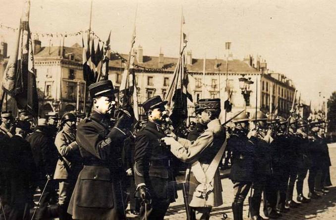 Le général Le Rond décore Buisson. à gauche, le commandant Le Bihan. Le lieutenant Sutter est masqué par le général. (@ Didier Lecoq)