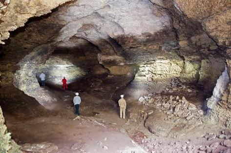 Gruta com importante depósito arqueológico pré-histórico (Middle Stone Age) no Parque Nacional da Gorongosa.