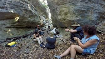 Cerimónia prévia à entrada nas grutas do Codzo, conduzida pelo Régulo da comunidade Baptista Chimbatata e pelo Secretário Jeremias Chimbatata, o qual conduziu a equipa às grutas da região.