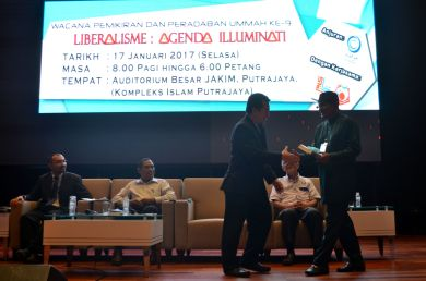 The director of the event, MUAFAKAT's Yasin Baboo (r) presenting a souvenir to Ustaz Muhammad Rashidi at the Wacana Liberalisme: Agenda Jahat Illuminati, Kompleks Islam Putrajaya, 17th January 2017.