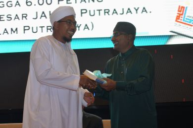 The director of the event, MUAFAKAT's Yasin Baboo (r) presenting a souvenir to Dr. Shafaai bin Musa during the Wacana Liberalisme: Agenda Jahat Illuminati, Kompleks Islam Putrajaya, 17th January 2017.