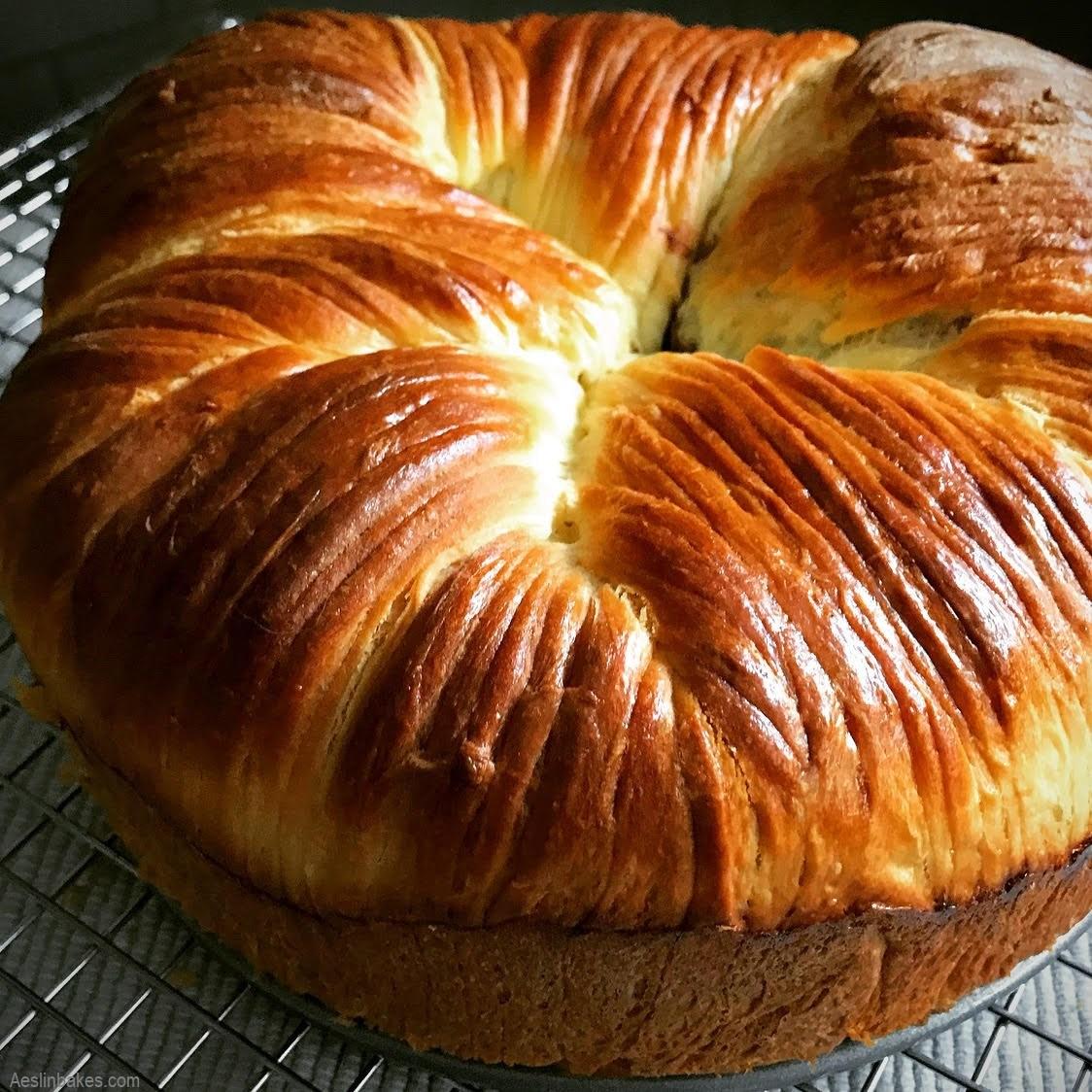 brioche wool roll loaf with praline gianduja