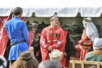 Jasper Longshanks receives a Sycamore and is awarded Arms. Photo by Baron Steffan.