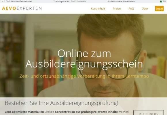 Screenshot zum AEVO-OnlineKurs: Lernender am Schreibtisch, im Hintergrund ein Bücherregal