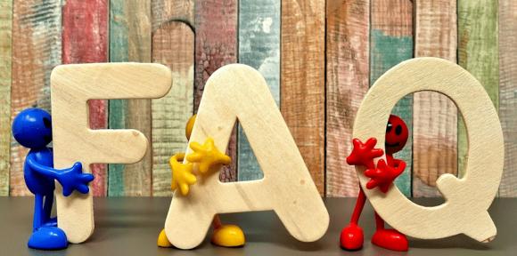 Symbolbild: drei Holzbuchstaben: F, A, Q