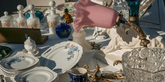 Geschirr auf dem Trödelmarkt als Symbolbild: Unterweisungsentwurf- ein veralteter Begriff
