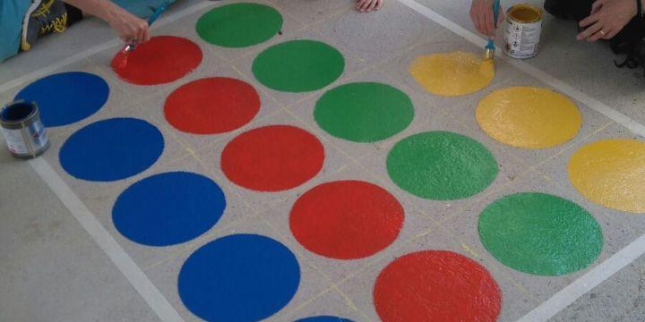 Les famílies de la Mar Nova treballem per tornar els colors a l'escola