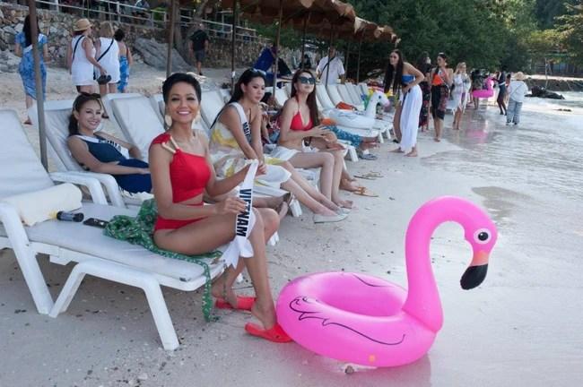 Hết dép tổ ong, H'Hen Niê lại diện áo cờ đỏ sao vàng để quảng bá tinh thần dân tộc tại Miss Universe 2018 - Ảnh 4.