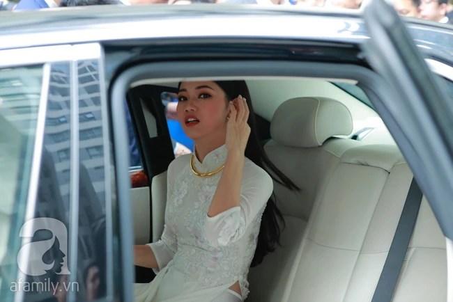 Đến lượt Thanh Tú lấy hoa cưới che kín mặt trước khi bước lên xe hoa với chồng đại gia 40 tuổi. - Ảnh 13.