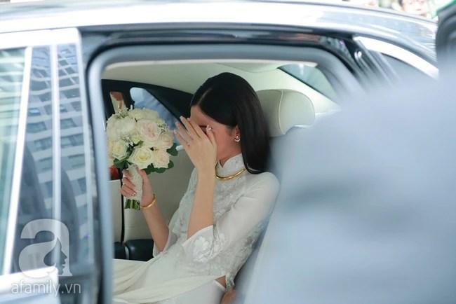Đến lượt Thanh Tú lấy hoa cưới che kín mặt trước khi bước lên xe hoa với chồng đại gia 40 tuổi. - Ảnh 14.