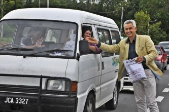 FAO Commercial Director Chris Miliken is distributing ' Bubur Lambuk' to the public_2