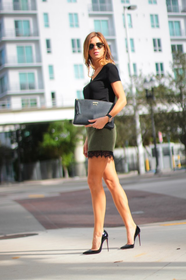 miami fashion blogger, a fancy affair, amanda tur, black tee, classic, street fashion, ray bans, ray ban, christian louboutin, gigi new york clutch, mulco watches, dainty necklaces, pink lips, layered necklaces