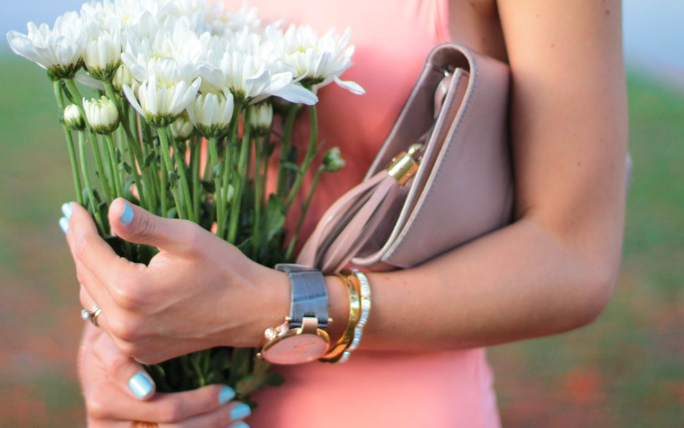 miami fashion blogger amanda tur wearing pink shop lulus dress with a statement necklace, schutz casey-lee strappy sandals and mulco watch slim leather strap with gucci soho patent leather clutch pink peonies right cluster summer and spring very trendy outfit
