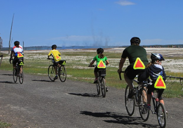 bicyclists-1405997_1920.jpg
