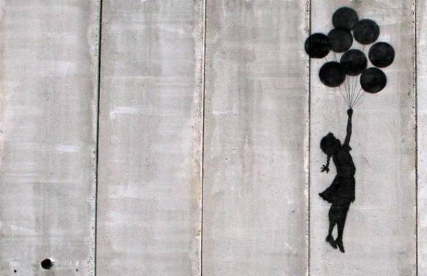 la-nina-volando-con-globos-que-banksy-pinto-en-gaza-en-2005