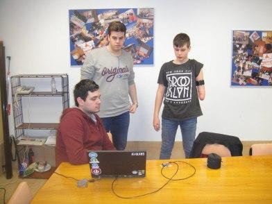 Alberto a la derecha junto a los chicos que han trabajado para crear su brazo biónico.