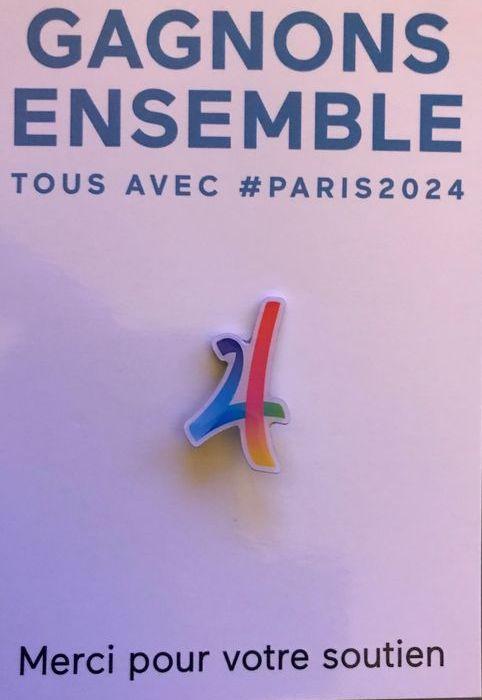 Pin's candidature Paris 2024 logo découpé