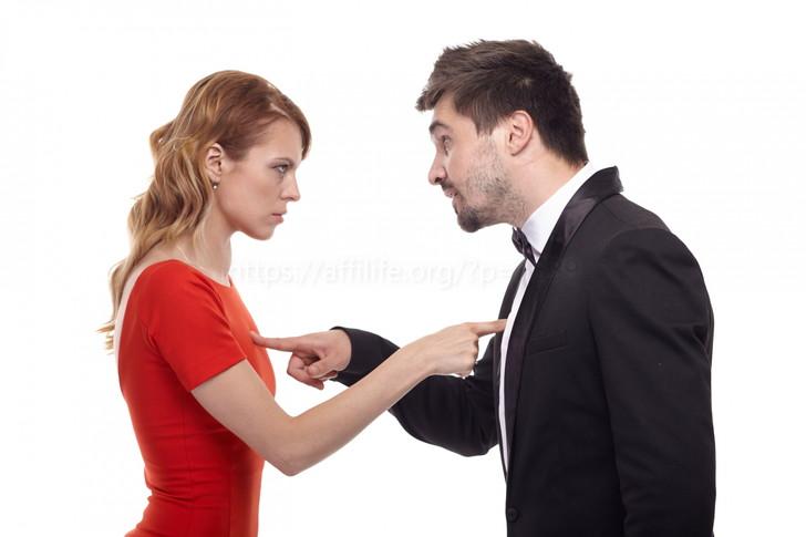 責任をなすりつけ合う男女