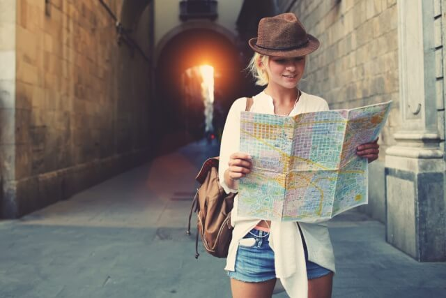 海外旅行を楽しむ女性