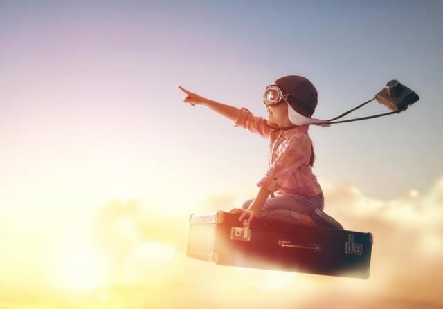 空を自由に飛ぶ子供