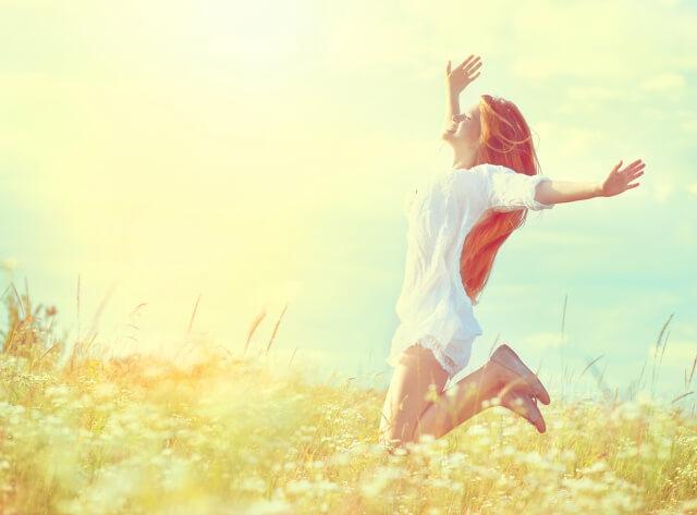 躍動する女性、飛び跳ねる女性