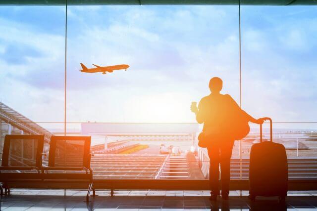 空港で飛行機を眺める女性