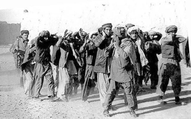 Карательная акция. Наши солдаты, подгоняя пинками, ведут на расстрел пленных - первых попавшихся мужчин - и молодых, и стариков.