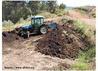 Retournement du compost au Moulin à huile MARGIER