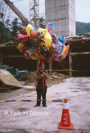 Surprised that this guy didn't fly away with so many balloons. (Photo Olympus Pen EE-3)