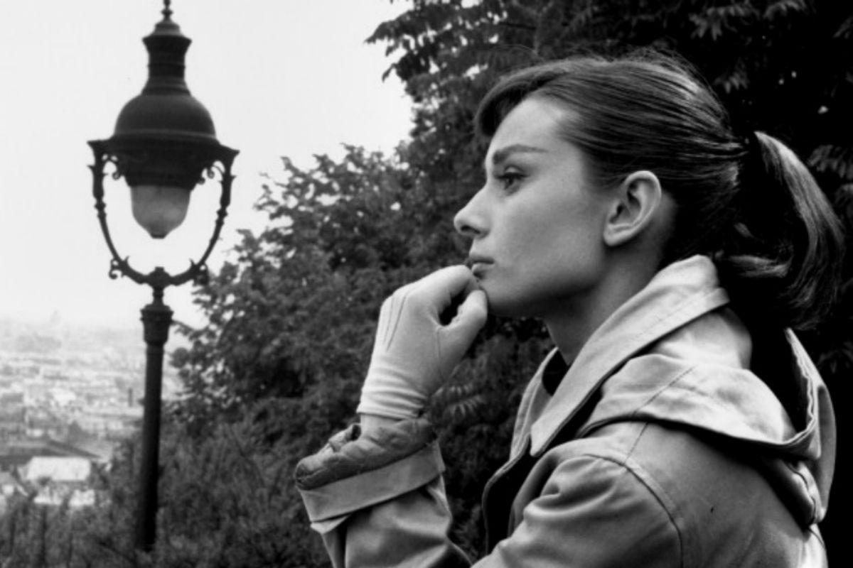 Audrey-Hepburn-Acteur-Celebrity-fond-monochrome-728x4091