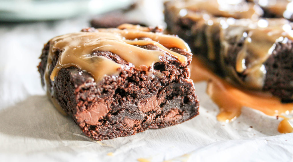 chocolate chip brownies with salted caramel sauce | a flavor journal