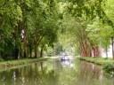 France - Canal au bord du Doubs, avec ses péniches et ses innombrables écluses.