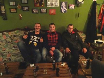 Néo (au milieu), notre hôte punk, incognito