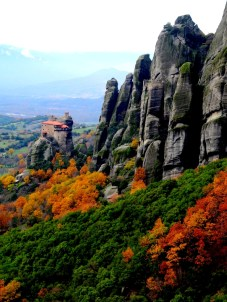 Deux monastères sur cette photo. Un en bon état, et l'autre en ruine, au sommet d'un météore sur la droite. C'est ce dernier que nous tenterons d'approcher.