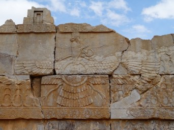 Ahura Masda est le dieu unique du Zoroastrisme, prophétisé par Zarathoustra. Cette religion inspirera les 3 grands monothéismes du Livre