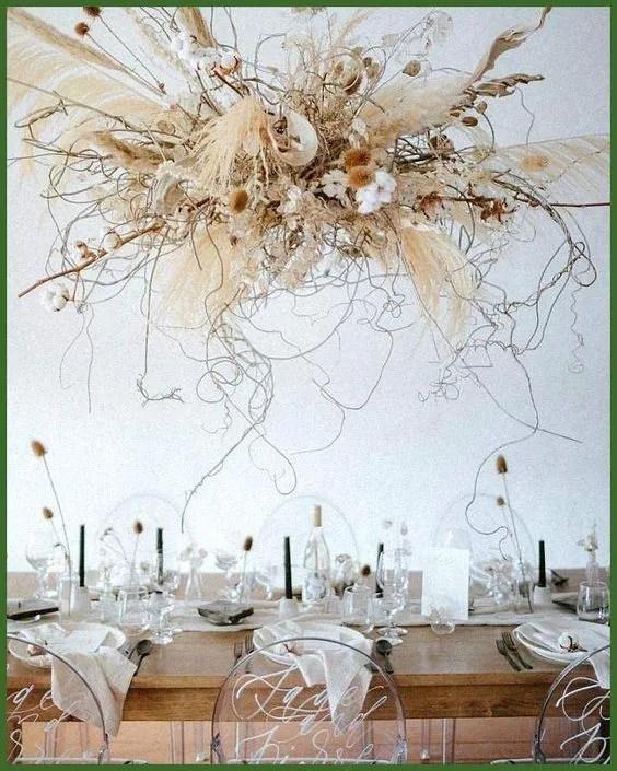 Fiori secchi sospesi per allestimento tavolo nozze