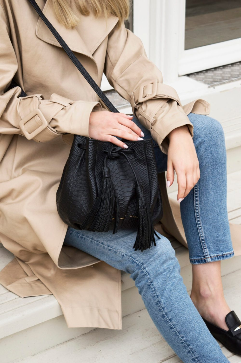Girl in beige trench, Chylag bag and blue jeans