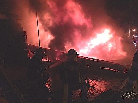 Incendio destruye bodega de muebles en Atizapán