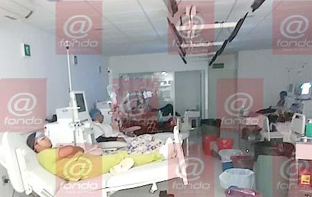 En la imagen se observa a un enfermero descansando en una cama destinada para los pacientes del hospital.