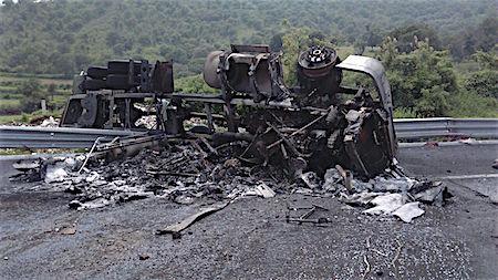 Chofer de tráiler muere calcinado en autopista del Edomex