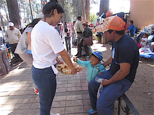 Joven de 17 años regala tranquilidad y alimento a familiares de enfermos en Toluca