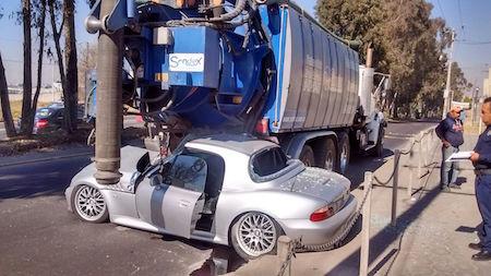 Conductor se estrella contra un camión y destroza auto de lujo en Edomex