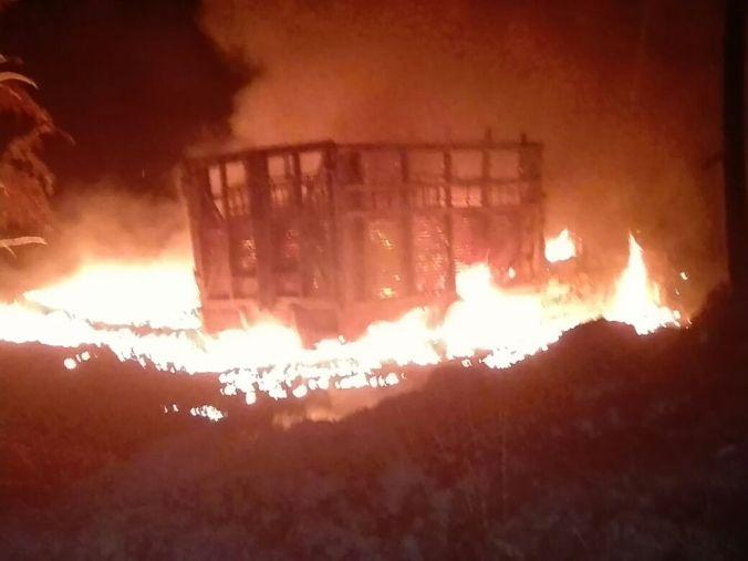 La unidad fue abandonada mientras se incendiaba.