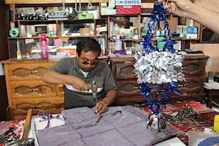 Con 25 años de trabajo don Jaime es uno de los principales productores de papel picado.