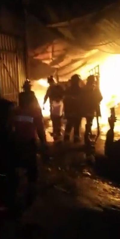 Tres heridos deja incendio en bodega de colchones de Edomex