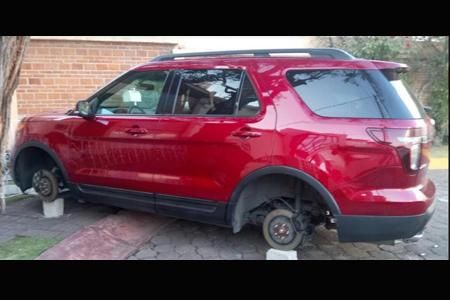 Dejan sobre ladrillos varios vehículos en fraccionamientos de Naucalpan