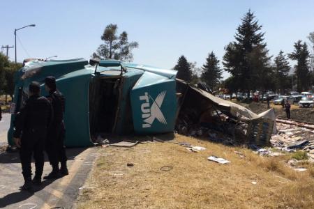 Tráiler cargado de café vuelca en carretera a Toluca; vecinos hacen rapiña