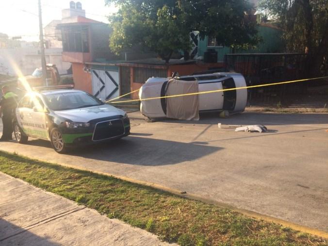 El auto volcó luego del ataque.