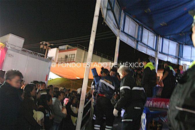 Tres niños salen volando de juego mecánico durante carnaval en Edomex