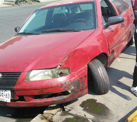 El auto quedó averiado en el lugar del accidente.